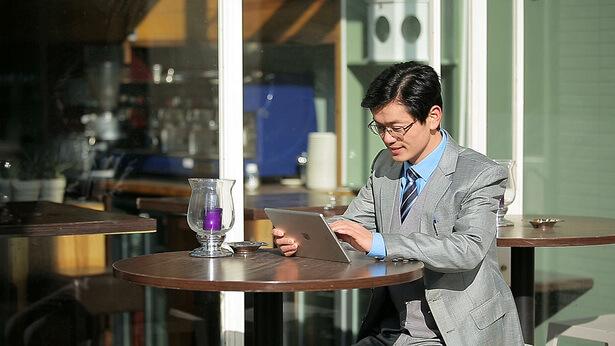 Um cristão usa um tablet para ver mitos