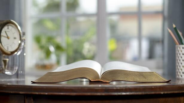 uma bíblia nacional em cima da mesa