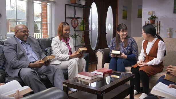 Vários cristãos cumprimentam o Senhor e voltam