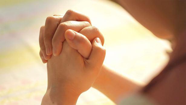 Minha filha à porta da morte: eu testemunho um milagre ao orar a Deus