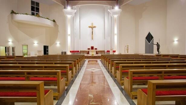 Há uma cruz na igreja
