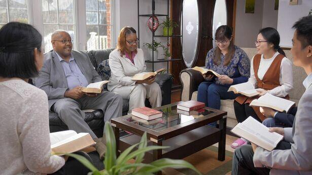 6 cristãos lêem mitos na festa