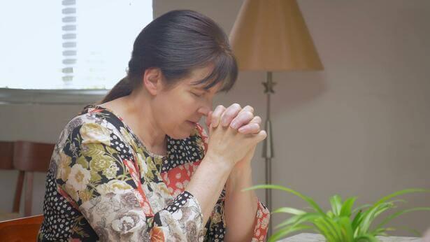 um cristão está orando pelo pecado